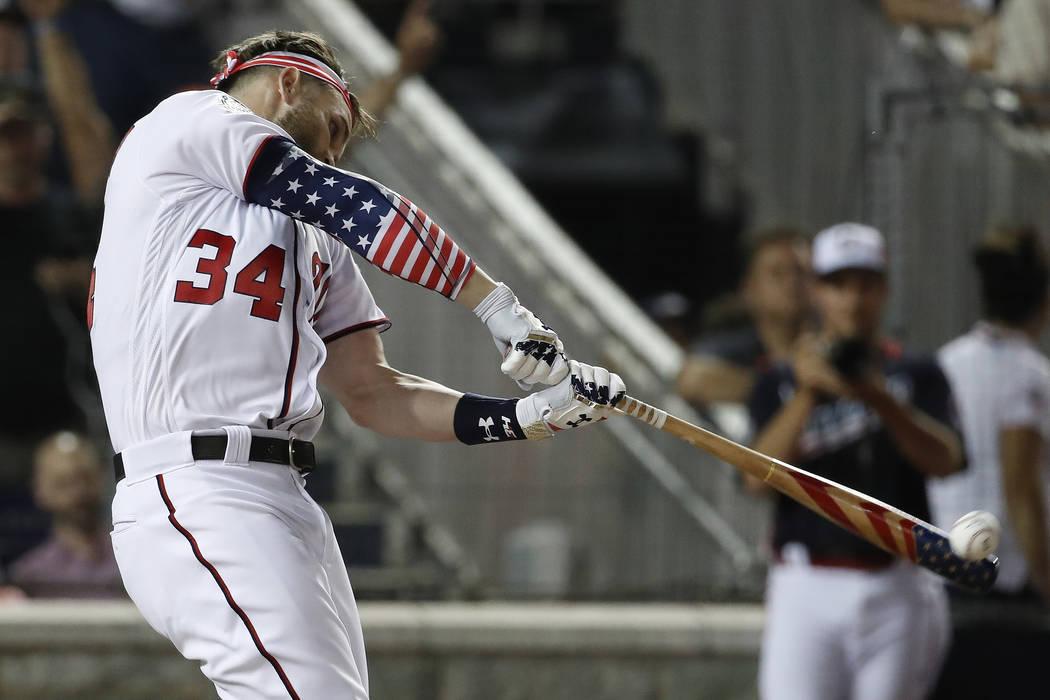 Bryce Harper de los Nationals de Washington batea durante el Derby Home Run de MLB, en Nationals Park, el lunes, 16 de julio de 2018 en Washington. El 89° Juego de estrellas de béisbol MLB se ju ...