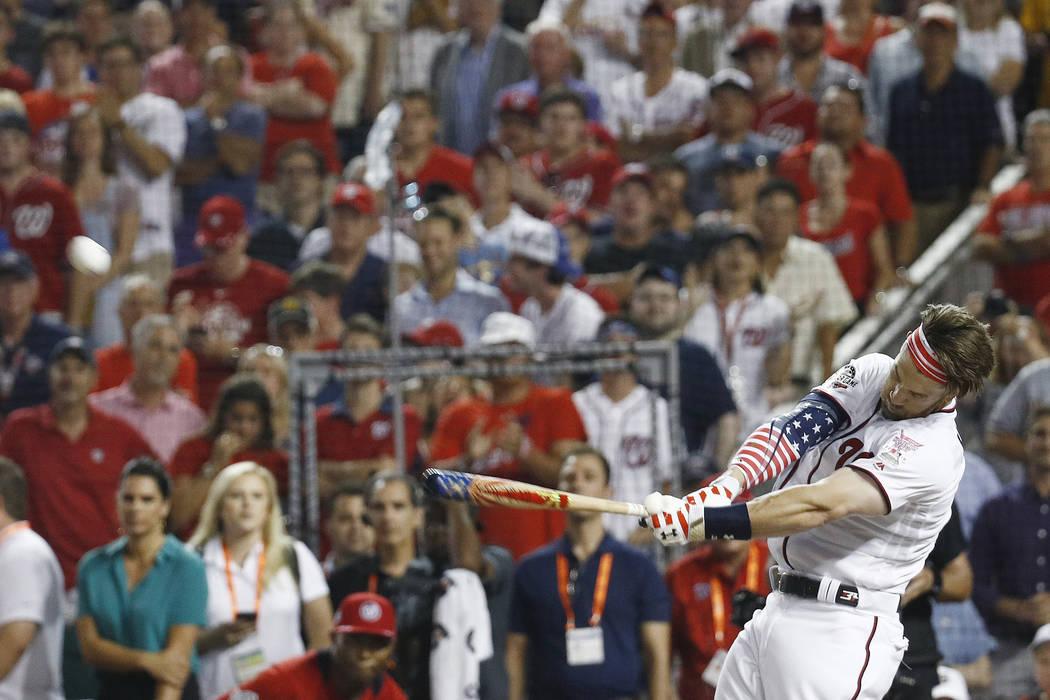 Bryce Harper batea durante el Derby Home Run de MLB, en Nationals Park, el lunes, 16 de julio de 2018 en Washington. El 89° Juego de estrellas de béisbol MLB se jugará el martes. (AP Photo / Pa ...