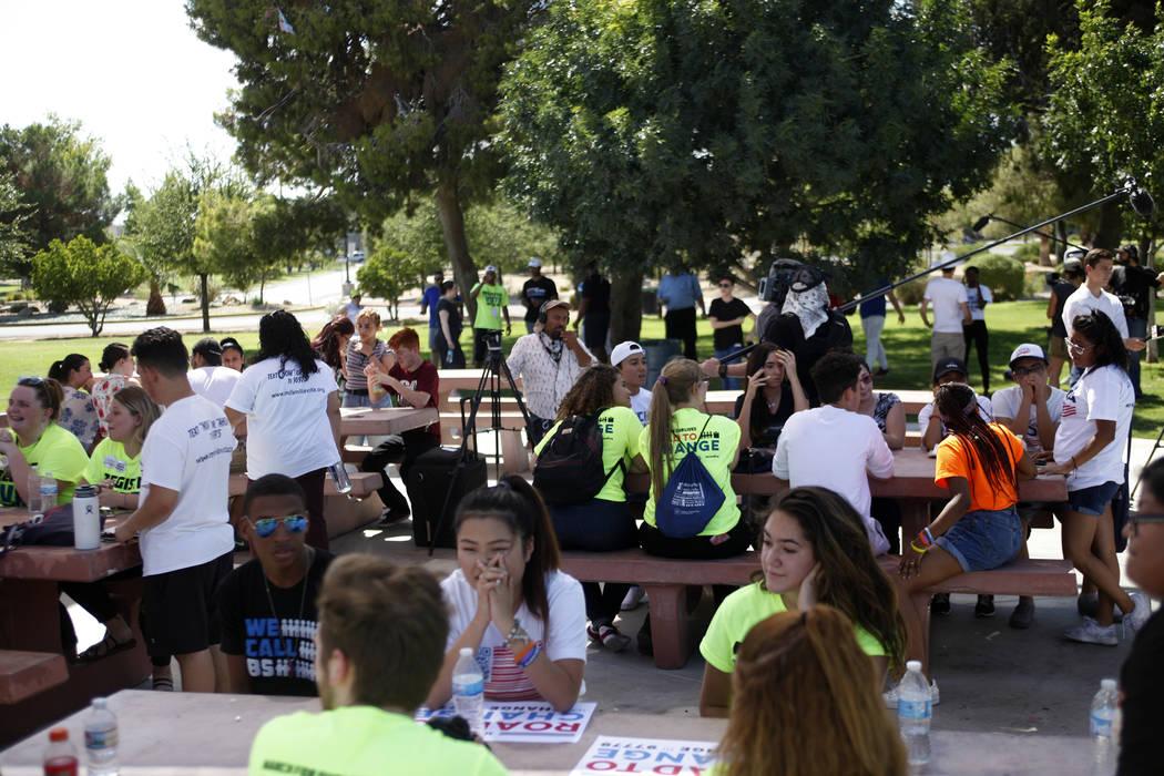 La gente se reúne en un Road to Change Voter Registration Walk en Sunset Park en Las Vegas, el lunes 16 de julio de 2018. El evento fue organizado por el grupo March For Our Lives, creado despué ...