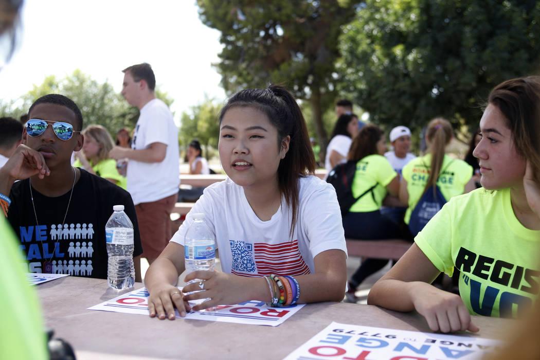 Kelly Choi, de 17 años, habla con su grupo en un Road to Change Voter Registration Walk en Sunset Park en Las Vegas, el lunes 16 de julio de 2018. El evento fue organizado por el grupo March For ...