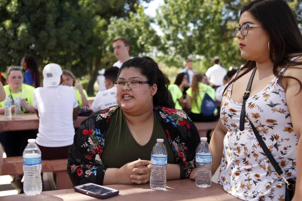 Norma Palma, izquierda, habla a su grupo junto a Gabriel Soto, a la derecha, en una Caminata de Inscripción de Votantes de Road to Change en Sunset Park en Las Vegas, el lunes 16 de julio de 2018 ...