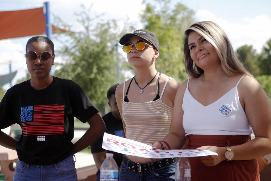 Ariel Hobbs, desde la izquierda, Emma Gonzáles y Pamela Ríos escuchan a un orador en una Caminata de Registro de Votantes de Road to Change en Sunset Park en Las Vegas, el lunes 16 de julio de 2 ...