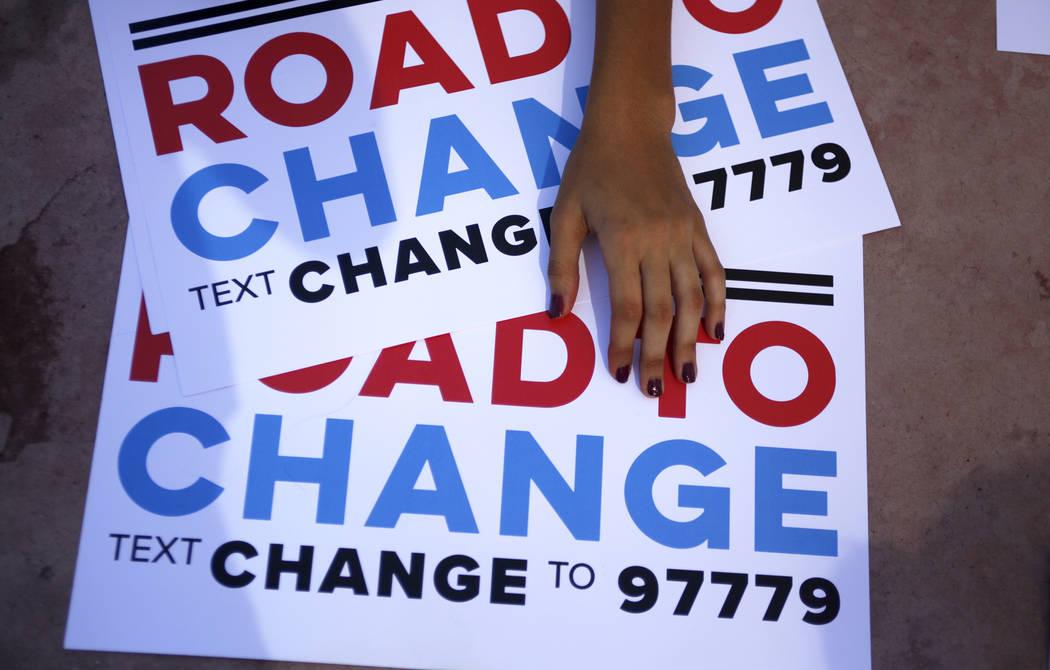 Señales en un camino para cambiar el registro de votantes Paseo en Sunset Park en Las Vegas, lunes, 16 de julio de 2018. El evento fue organizado por el grupo March For Our Lives, creado después ...