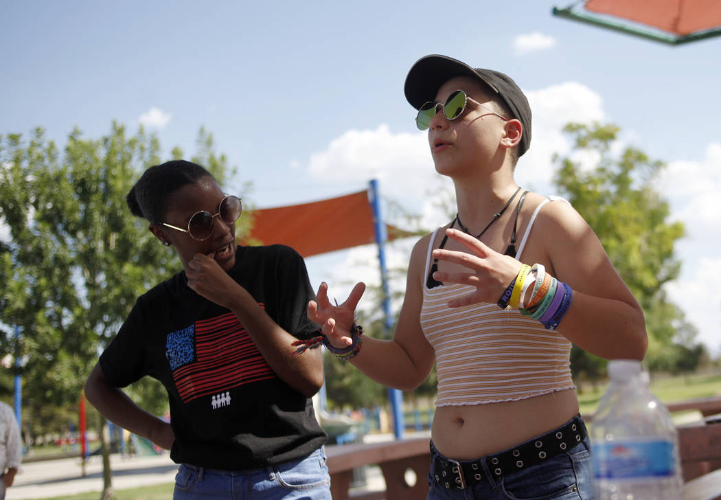 Ariel Hobbs, izquierda, escucha mientras Emma Gonzáles habla en una Caminata de Registro de Votantes de Road to Change en Sunset Park en Las Vegas, el lunes 16 de julio de 2018. El evento fue org ...