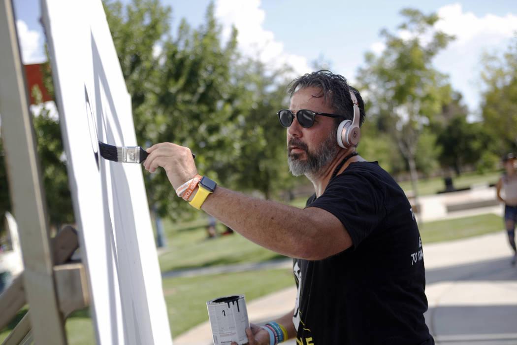 Manny Oliver pinta un mural en una Caminata de Registro de Votantes de Road to Change en Sunset Park en Las Vegas, el lunes 16 de julio de 2018. El evento fue organizado por el grupo March For Our ...