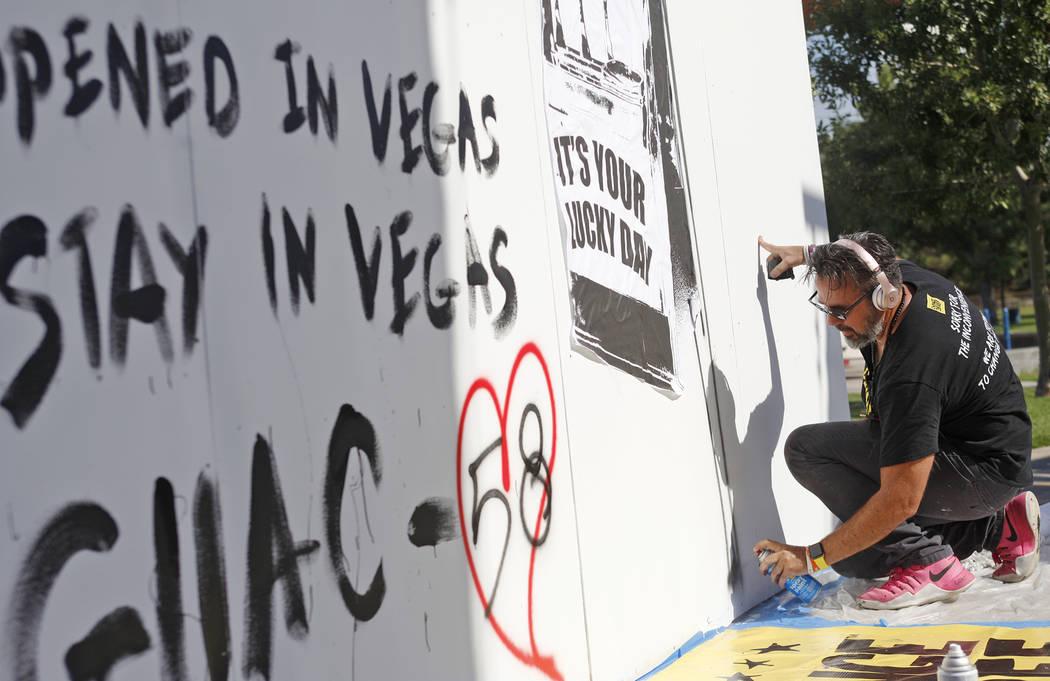 Manny Oliver trabaja en un mural en una Caminata de Registro de Votantes de Road to Change en Sunset Park en Las Vegas, el lunes 16 de julio de 2018. El evento fue organizado por el grupo March Fo ...