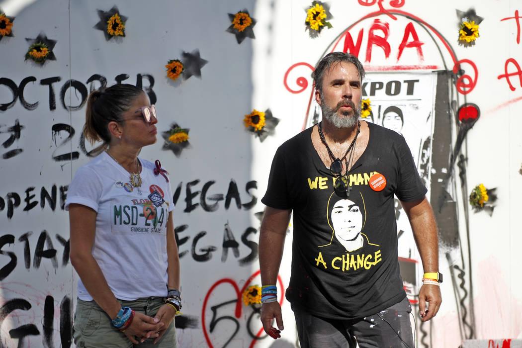 Manny Oliver, junto a su esposa Patricia Oliver, se dirigen a la multitud después de pintar un mural en una Caminata de Registro de Votantes de Road to Change en Sunset Park en Las Vegas, el lune ...