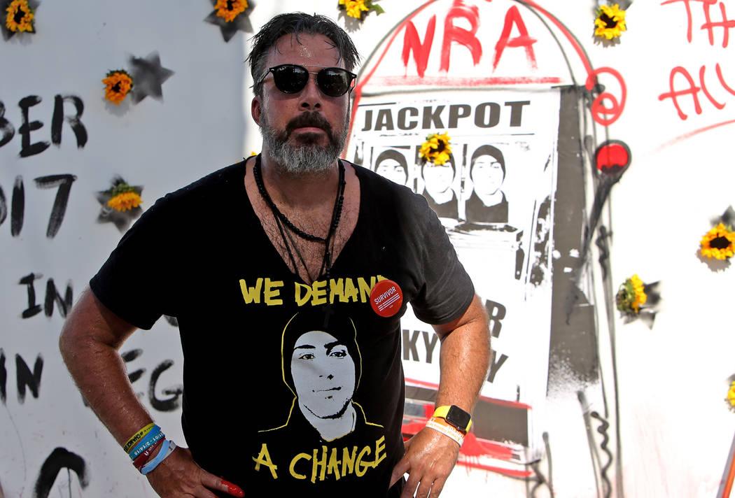 Manny Oliver se dirige a la multitud después de pintar un mural en una Caminata de Registro de Votantes de Road to Change en Sunset Park en Las Vegas, el lunes 16 de julio de 2018. El evento fue ...