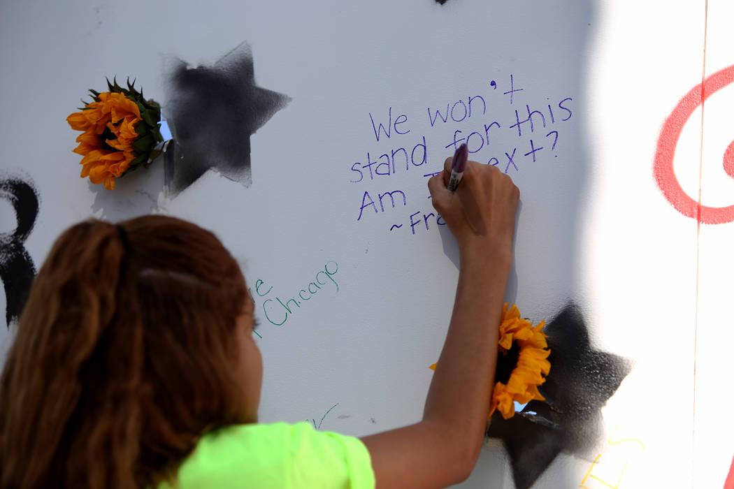 """Franlisha Vásquez, nativa de Las Vegas, escribe: """"No aguantaremos esto. ¿Soy la próxima?"""" en un mural en una Caminata de Registro de Votantes de Road to Change en Sunset Park en Las Vegas, el l ..."""