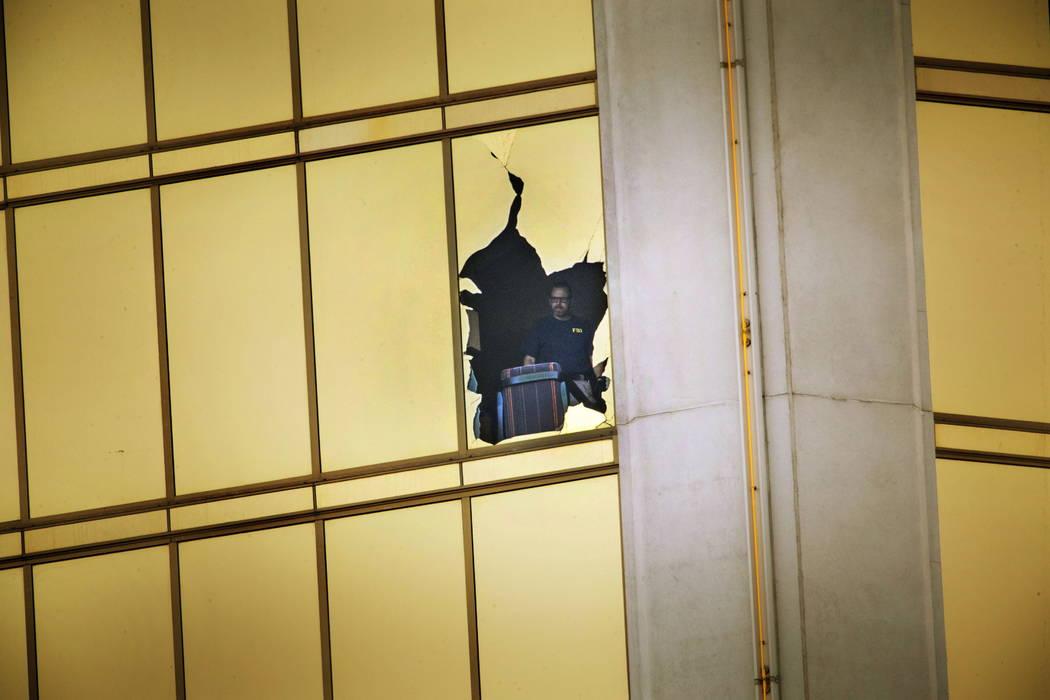 El FBI investiga la escena en el piso 32 del Mandalay Bay el miércoles 4 de octubre de 2017 en Las Vegas. (Richard Brian Las Vegas Review-Journal)