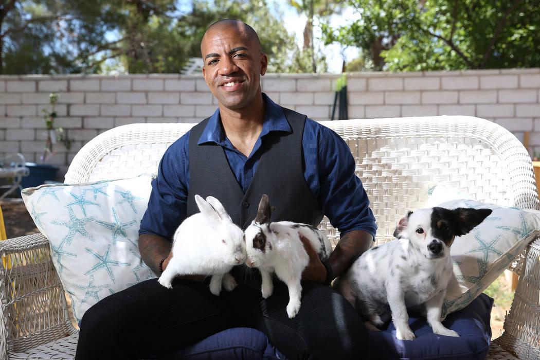 El oficial de policía de Las Vegas, David Anthony, quien fue nombrado Sexiest Vegan's Next Door por PETA para 2018, en su jardín en North Las Vegas, el miércoles 11 de julio de 2018. Erik Verdu ...