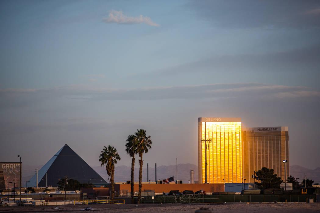 Las propiedades de MGM Resorts International: Mandalay Bay y Luxor, según se ven el 28 de febrero. (Todd Prince / Review-Journal)