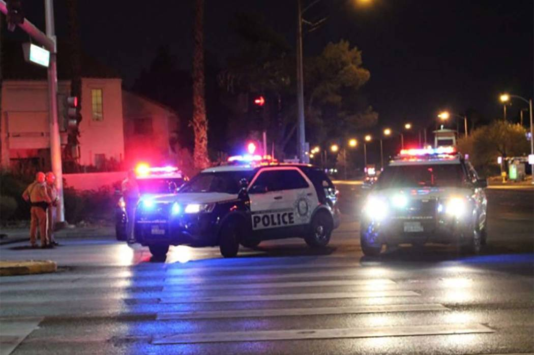 Una persecución que involucró a la Patrulla de Caminos de Nevada y la Oficina del Alguacil del Condado de Nye terminó en la intersección de Rainbow Boulevard y Tropicana Avenue. (Max Michor / ...