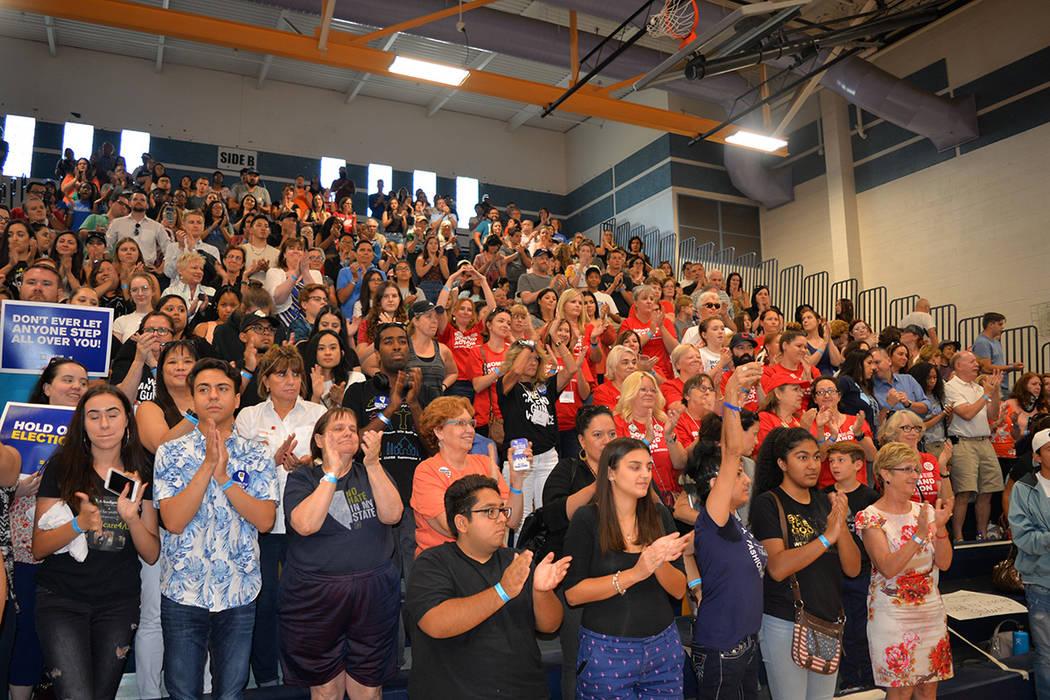 Cientos de personas se congregaron en el gimnasio de la escuela preparatoria Sierra Vista durante el foro sobre política y control de armas organizado por March of our Lives. Lunes 16 de julio de ...
