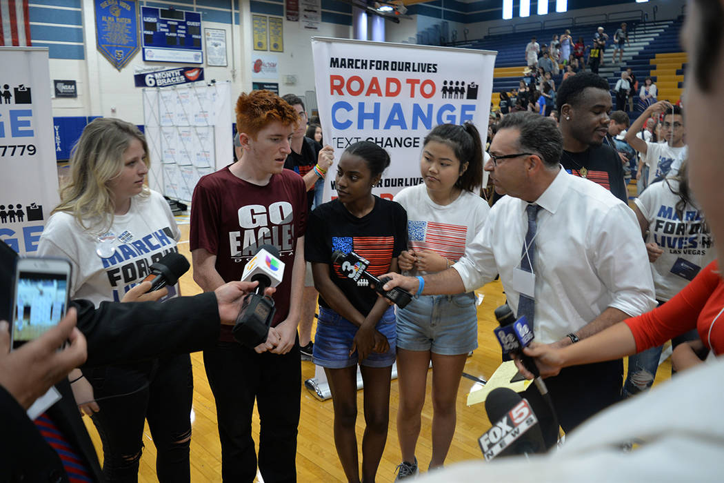 El Town Hall duró 90 minutos y se llevó a cabo en el gimnasio de la escuela preparatoria Sierra Vista, y discutió la legislación de prevención de violencia con armas de fuego en Nevada, la su ...