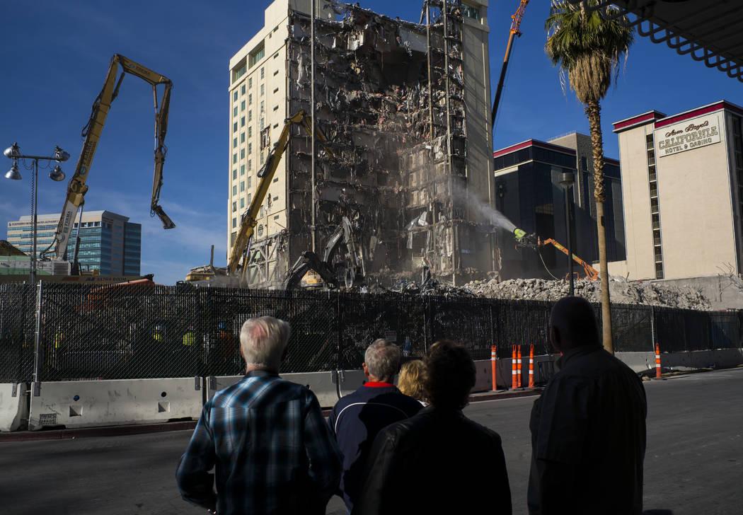 La gente ve la demolición del Las Vegas Club continuar en el centro de Las Vegas el viernes, 15 de diciembre de 2017. La propiedad fue comprada por Derek y Greg Stevens en 2015. Chase Stevens Las ...