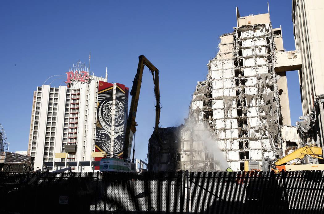 El histórico Las Vegas Club en el centro de la ciudad, que se exhibió el viernes 27 de octubre de 2017, fue derribado para dar paso a la construcción de un nuevo hotel y casino. Bizuayehu Tesfa ...