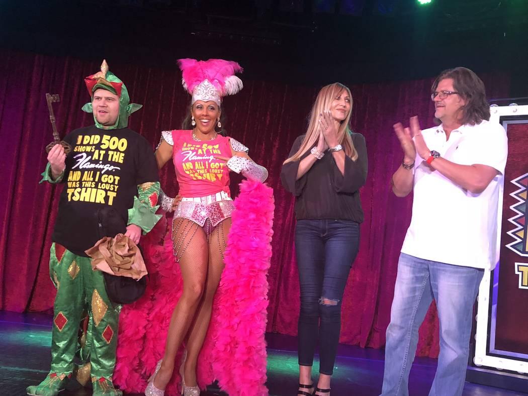 John Van der Put como Piff, el Dragón Mágico, Jade Simone y Angela y Matt Stabile se muestran después de que los Stabiles le entregaran la Llave conmemorativa del vestuario en el Bugsy's Cabare ...