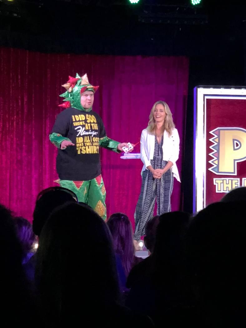 John van der Put como Piff the Magic Dragon se muestra con la actriz Christina Moore durante su 500º show en el Bugsy's Cabaret de Flamingo Las Vegas el martes 17 de julio de 2018. (Stabile Produ ...