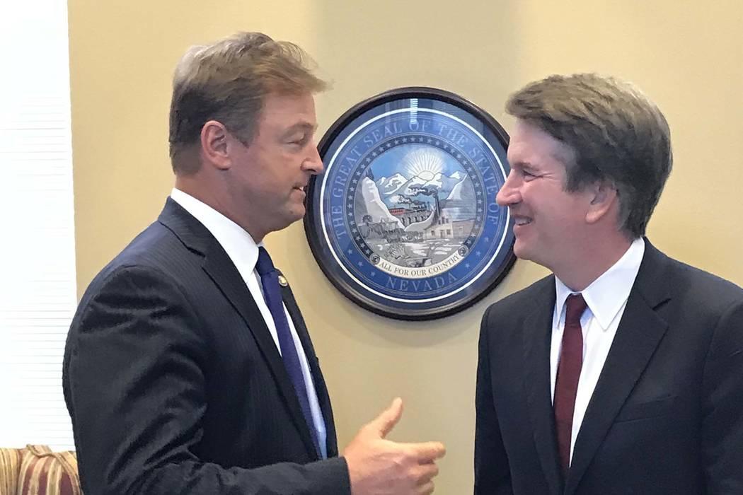 El senador Dean Heller, republicano por Nevada, a la izquierda, se reúne con Brett Kavanaugh, nominado por el Tribunal Supremo de EE.UU. En su oficina en Capitol Hill, el jueves 19 de julio de 20 ...