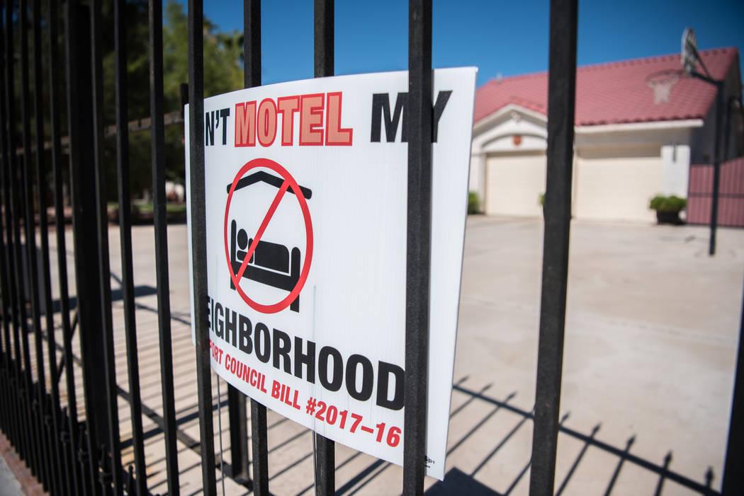 """Shadow Lane exhibiendo sus letreros """"NO Hagan Motel Mi Vecindario"""" el miércoles 14 de junio de 2017 en Las Vegas. El Consejo Municipal de Las Vegas discutirá los alquileres a corto plazo, un tem ..."""