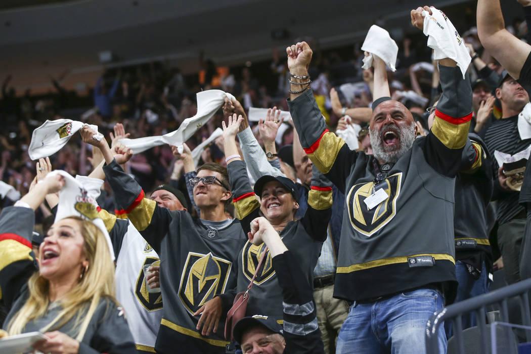 Los fanáticos de los Golden Knights celebran un gol de Alex Tuch, no fotografiado, durante el segundo período del Juego 5 de una serie de playoffs de segunda ronda contra los San José Sharks en ...