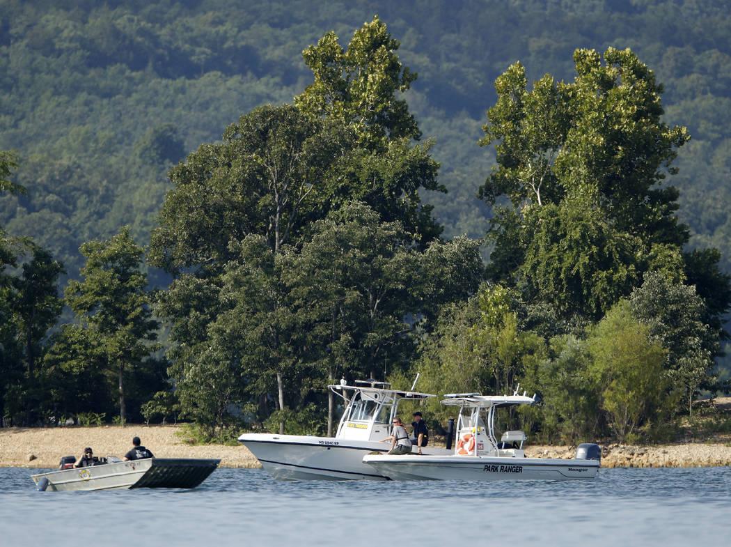 Trabajadores de emergencias patrullan un área el viernes 20 de julio de 2018, cerca de donde un barco de pato se volcó la noche anterior y causó 17 muertes en Table Rock Lake en Branson, Mo. Lo ...