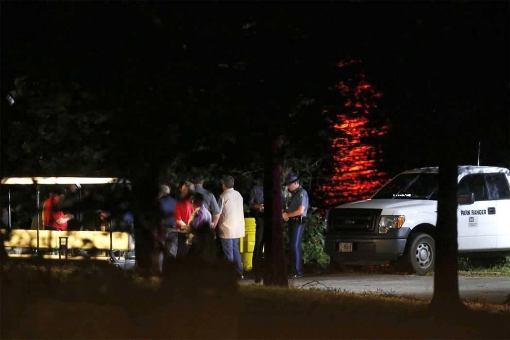Los equipos de rescate trabajan en la escena de un accidente mortal en un bote en Table Rock Lake en Branson, Missouri, el jueves 19 de julio de 2018. Un alguacil en Missouri reportó que aparente ...