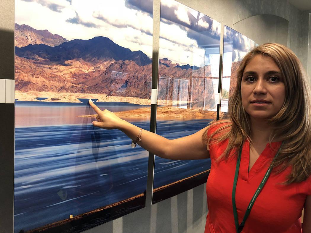 Diana Díaz, vocera de la SNWA, el 18 de julio 2018, muestra en una foto del Lago Mead la franja blanca que indica la baja del nivel del agua. Foto Valdemar González/ El Tiempo - Contribuidor.