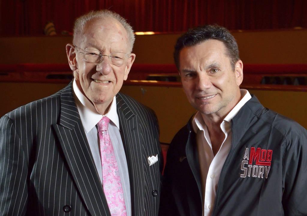 El ex alcalde de Las Vegas, Oscar Goodman, izquierda, y Michael Franzese, un ex mafioso reformado con la familia criminal Columbo, exhibidos en el Showroom Plaza el viernes 4 de mayo de 2018. (Bil ...