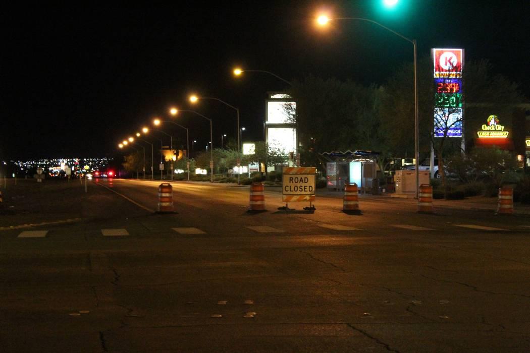 Boulder Highway está cerrada entre las carreteras Russell y Sunset, mientras que los equipos trabajan para reparar las líneas eléctricas que fueron dañadas por una tormenta en Henderson. (Max ...