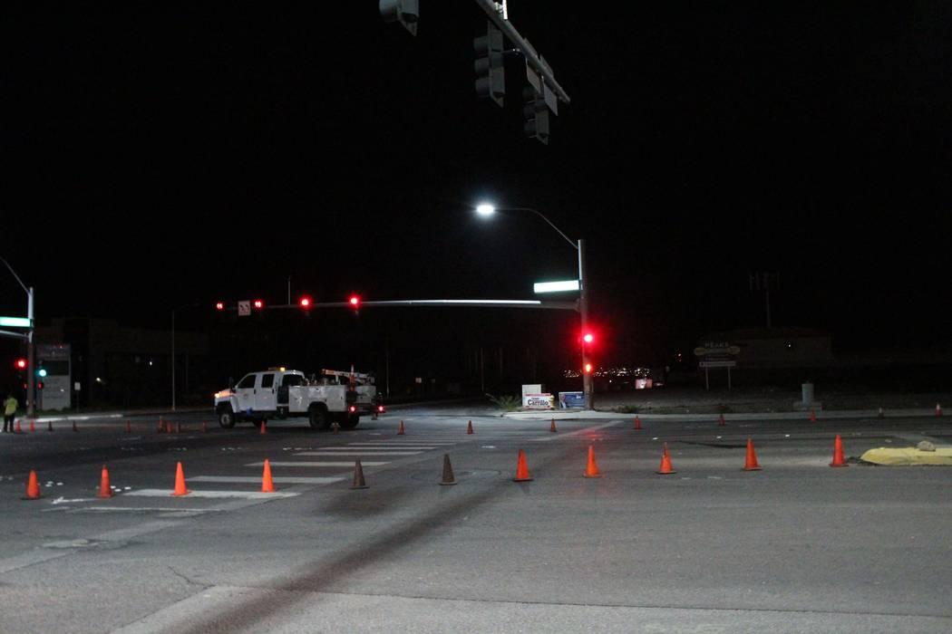 Los trabajadores de NV Energy bloquean Galleria Drive, cerca de Gibson Road, mientras que las cuadrillas reparan los cables eléctricos derribados en Henderson el 20 de julio de 2018. (Max Michor ...