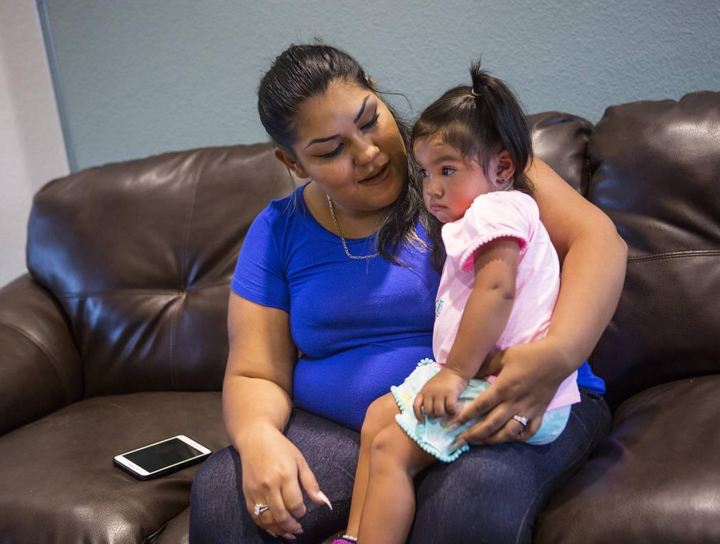 Korinna Gallegos habla sobre su madre, Adriann Gallegos, quien falleció en mayo pasado por complicaciones derivadas de un tiroteo en 2002, mientras sostenía a su hija Emelene en Las Vegas el jue ...