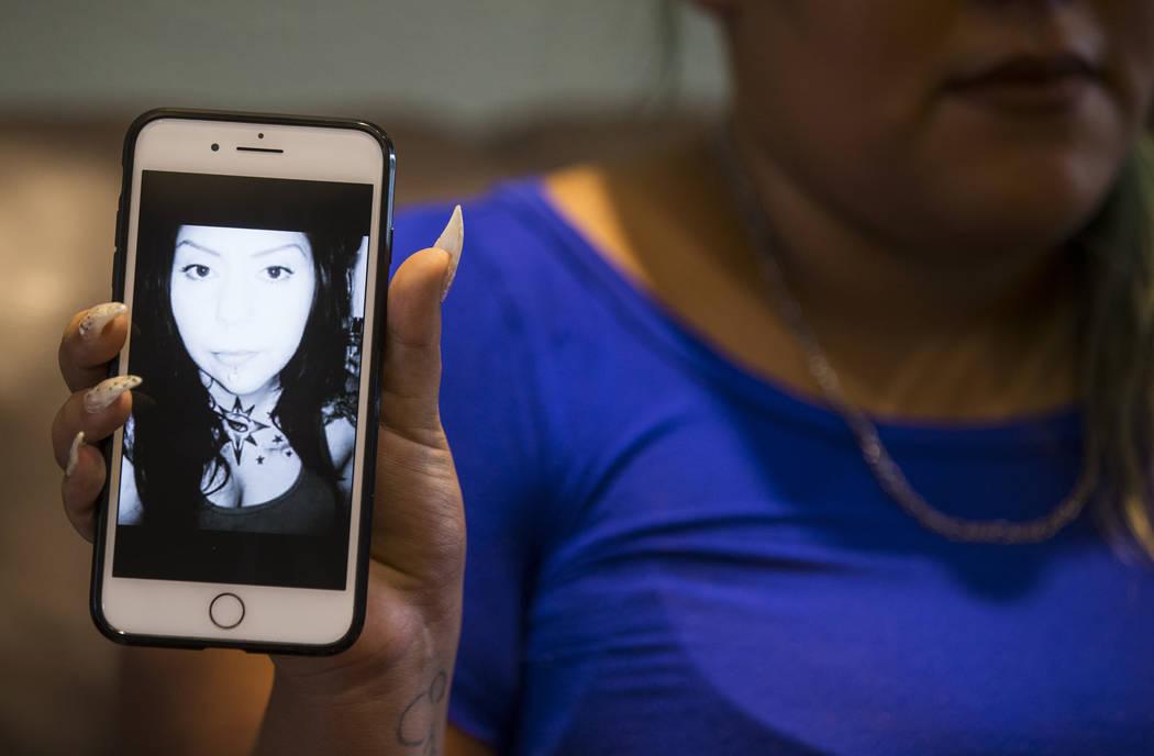 Korinna Gallegos muestra una imagen de su madre, Adriann Gallegos, quien falleció en mayo pasado debido a complicaciones derivadas de un tiroteo en 2002, en Las Vegas el jueves 19 de julio de 201 ...