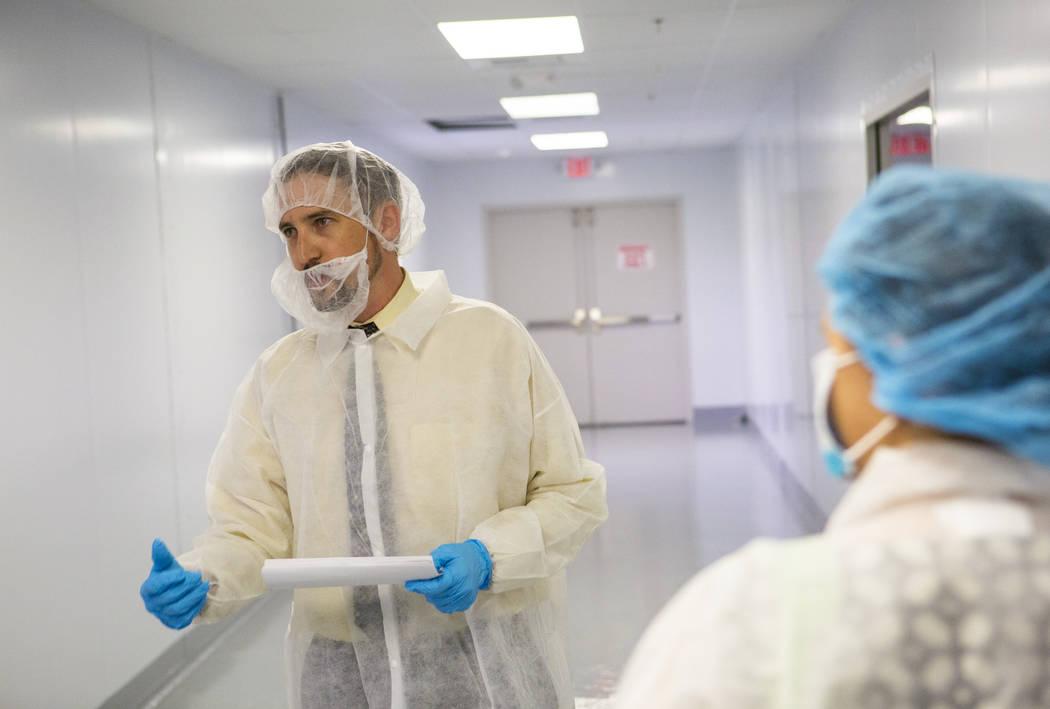 Dustin Wanders, un supervisor de la sala de cultivo, a la derecha, realiza una gira en Oasis Biotech, una empresa agrícola de interior, durante el gran evento inaugural en Las Vegas el miércoles ...