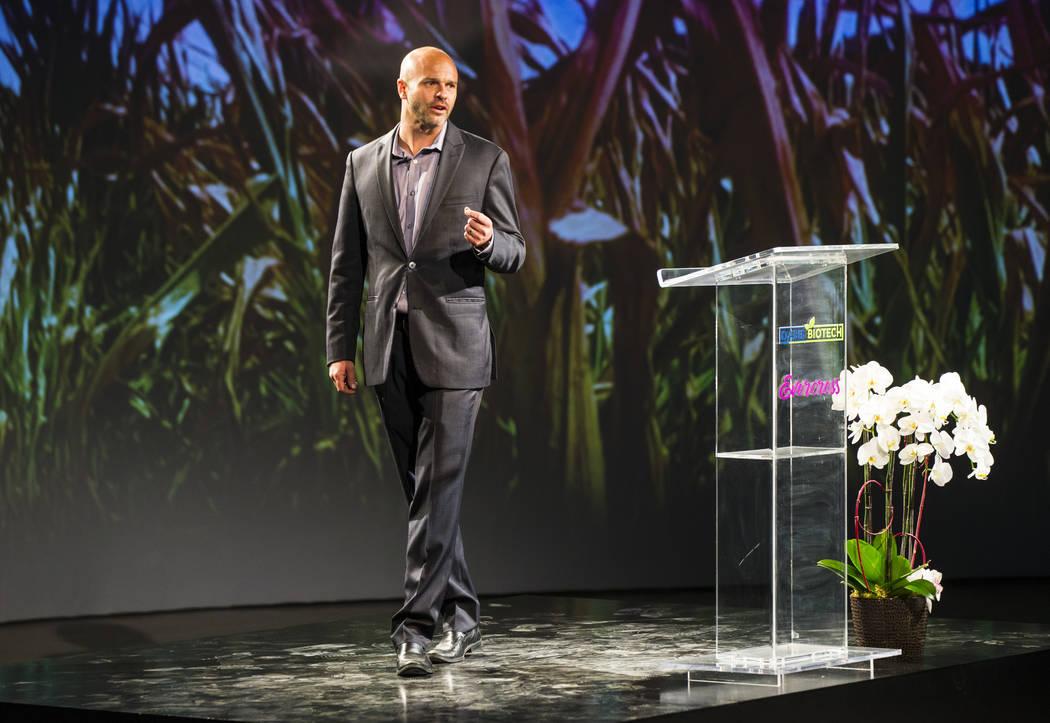 Brock Leach, director de operaciones y gerente general de Oasis Biotech, una empresa agrícola de interior, habla durante un gran evento de inauguración en Las Vegas el miércoles 18 de julio de ...