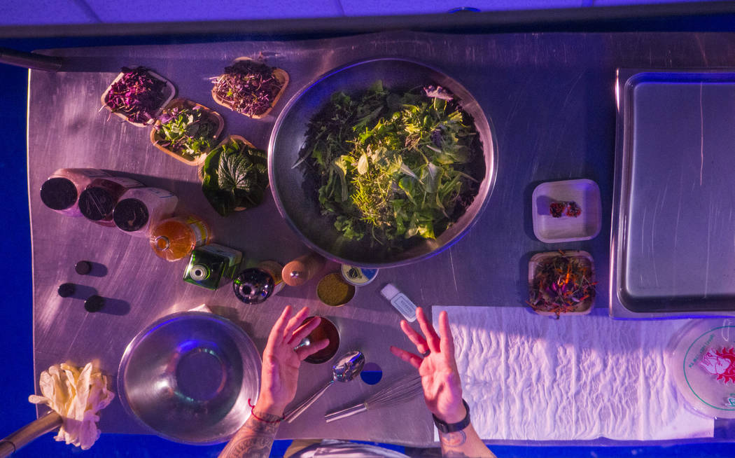 El chef Johnny Church prepara un platillo que incluye ingredientes de Evercress, el producto elaborado por Oasis Biotech, una empresa agrícola de interior, durante el gran evento inaugural en Las ...