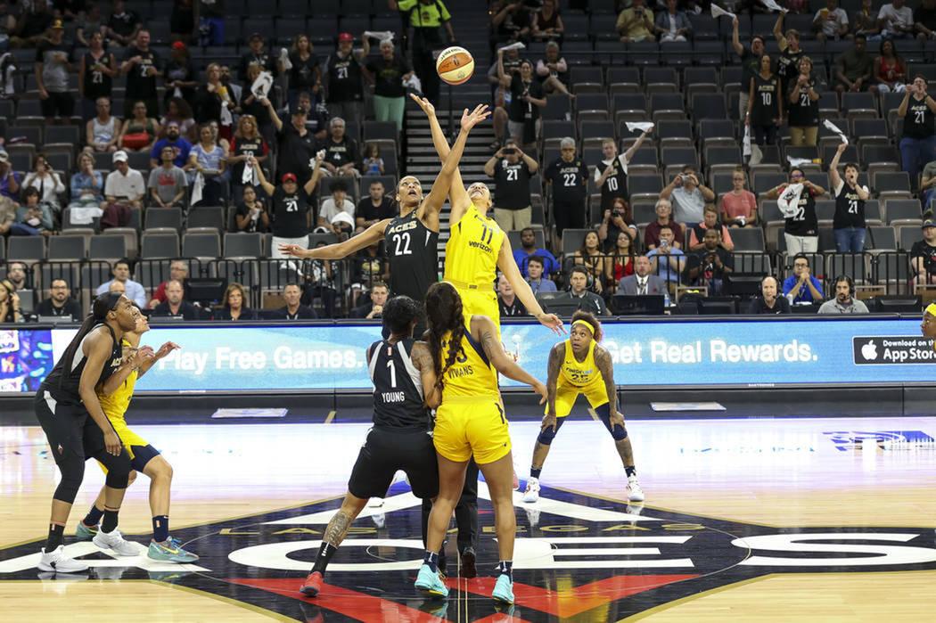 La jugadora de Las Vegas Aces, A'ja Wilson (22), y la jugadora de Indiana Fever, Natalie Achonwa (11), disputan el balón al iniciar la primera mitad de un juego de baloncesto de la WNBA en el Man ...