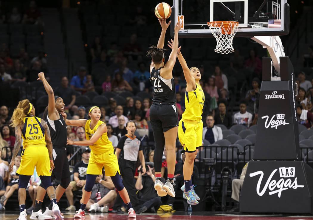 La jugadora de Las Vegas Aces, A'ja Wilson (22), lanza un tiro sobre Candice Dupree (4) de Indiana Fever durante la primera mitad de un partido de baloncesto de la WNBA en el Mandalay Bay Events C ...