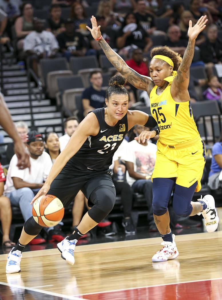 La jugadora de Las Vegas Aces, Kayla McBride (21), conduce el balón frente a la jugadora de Indiana Fever, Cappie Pondexter (25), durante la primera mitad de un partido de baloncesto de la WNBA e ...