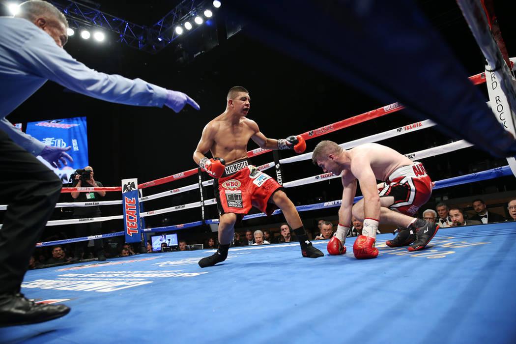 Jaime Munguía, izquierda, derriba a Liam Smith en la pelea por el título Súper-Welter de la OMB en el Hard Rock Hotel de Las Vegas, el sábado 21 de julio de 2018. Munguía ganó por decisión ...