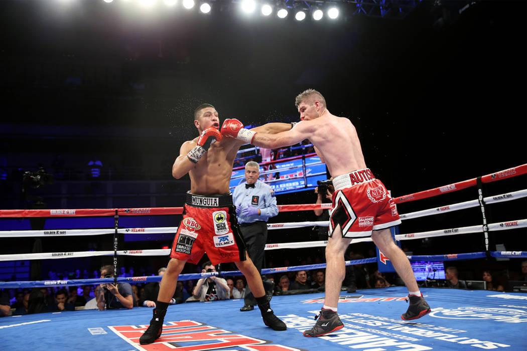 Jaime Munguía, izquierda, y Liam Smith durante la pelea de la OMB por el título Súper-Welter en Hard Rock Hotel en Las Vegas, el sábado 21 de julio de 2018. Munguia ganó por decisión unánim ...