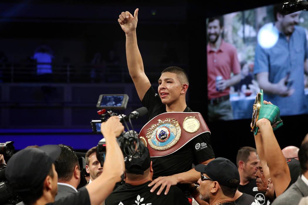 Jaime Munguía celebra su triunfo por decisión unánime contra Liam Smith en la pelea por el título Súper-Welter de la OMB en el Hard Rock Hotel de Las Vegas, el sábado 21 de julio de 2018. Fo ...