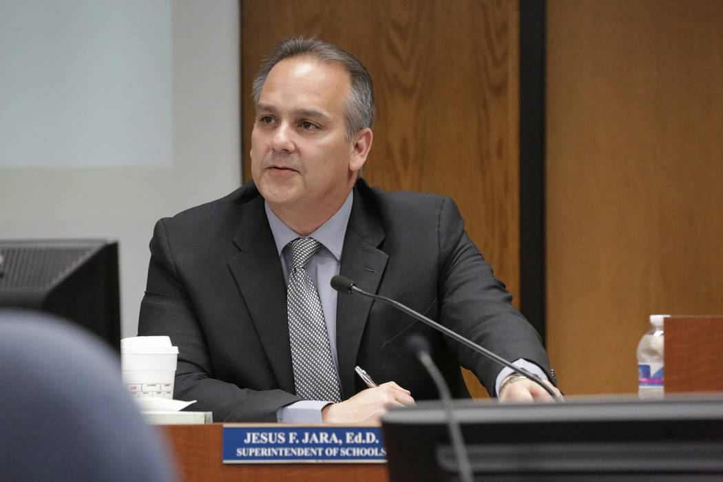 El Superintendente del Distrito Escolar del Condado de Clark, Jesús Jara, se reúne con los miembros del consejo escolar el miércoles, 11 de julio de 2018 en la sala de juntas del CCSD. (Michael ...