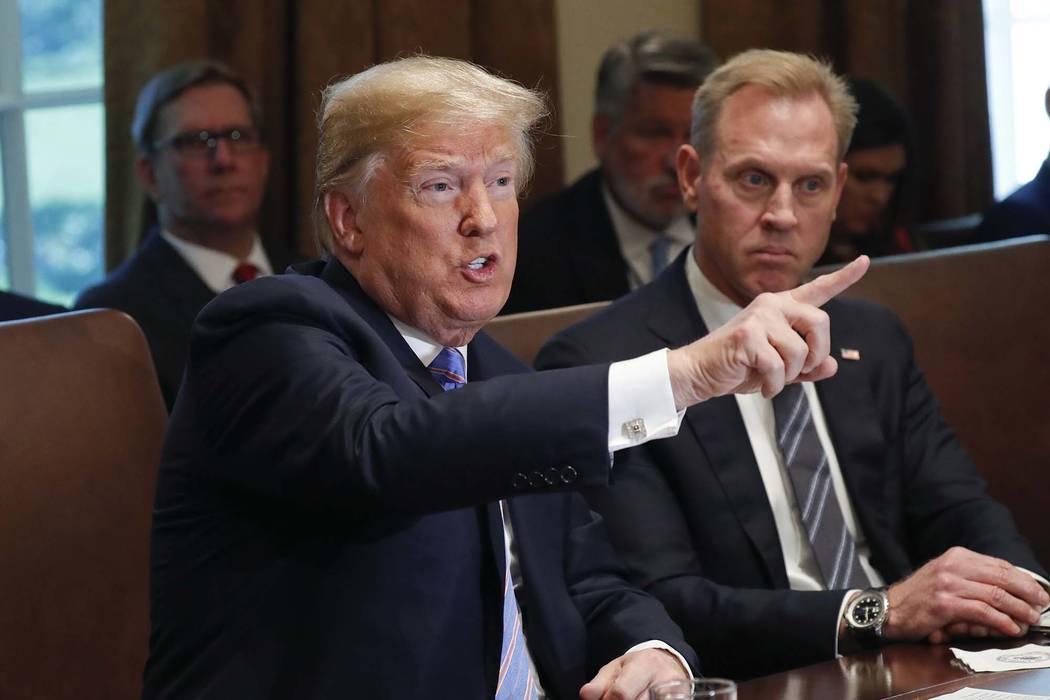 El presidente Donald Trump hace un gesto mientras habla durante su reunión con los miembros de su gabinete en la sala del gabinete de la Casa Blanca en Washington, el miércoles 18 de julio de 20 ...