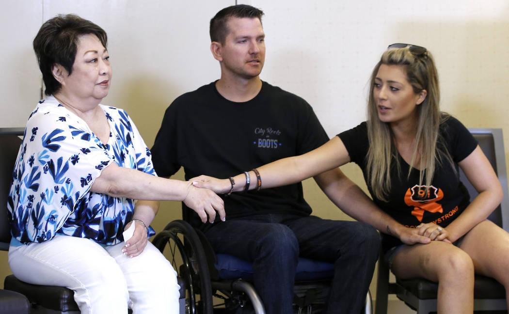 Joyce Shipp, izquierda, quien perdió a su hija, Laura Shipp, por los disparos el 1 de octubre de 2017, tras el tiroteo en Las Vegas, recibe el apoyo de Fiorella Gaeta, derecha, y su prometido, Ja ...