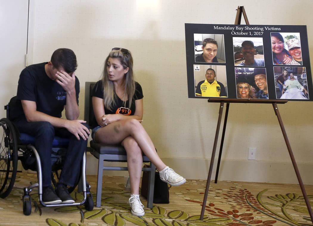 Fiorella Gaeta consuela a su prometido, Jason McMillan, de 36 años, de Riverside, un agente del alguacil del Condado de Riverside que recibió disparos y quedó paralizado en el tiroteo de Las Ve ...