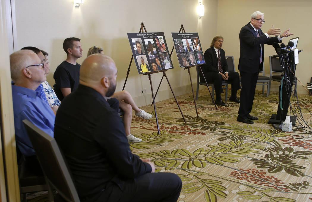 El abogado Mark P. Robinson, quien representa a víctimas de disparos y familiares que perdieron seres queridos en el tiroteo de Las Vegas el 1 de octubre de 2017, habla sobre la decisión del MGM ...