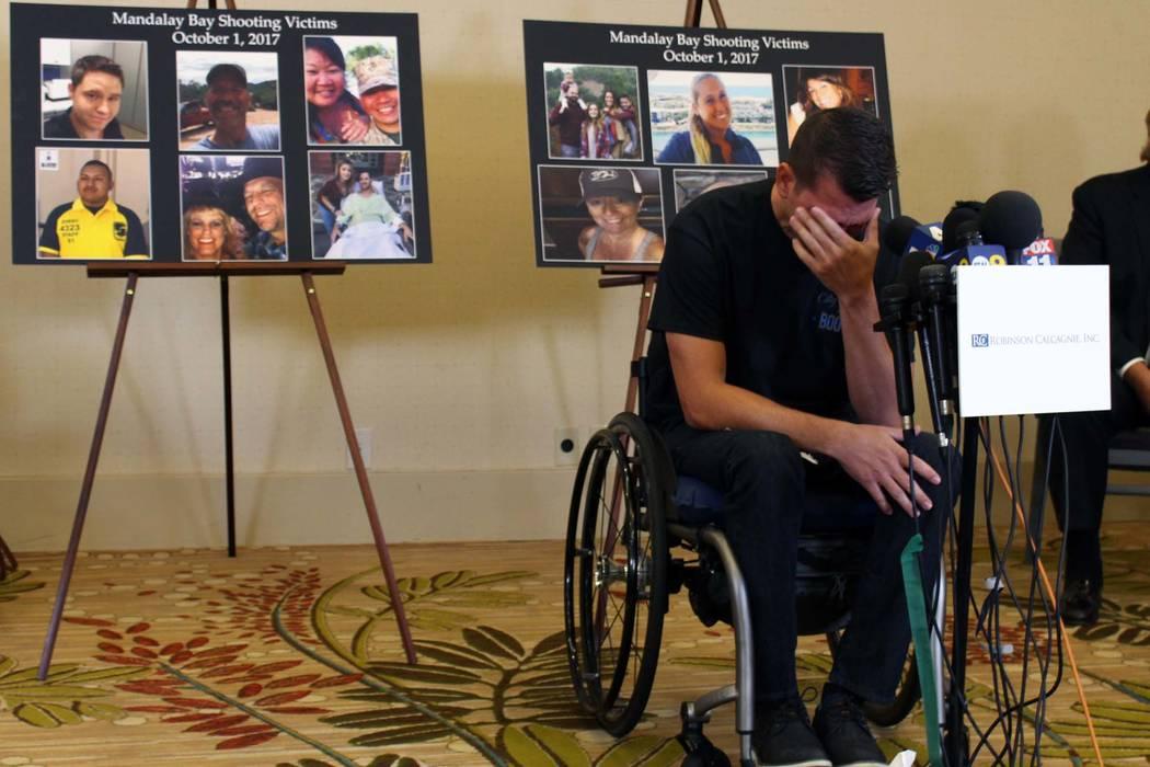 El oficial del Condado de Riverside, Jason McMillan, de 36 años, se emociona al relatar su experiencia en una conferencia de prensa en Newport Beach el lunes 23 de julio de 2018. La conferencia d ...