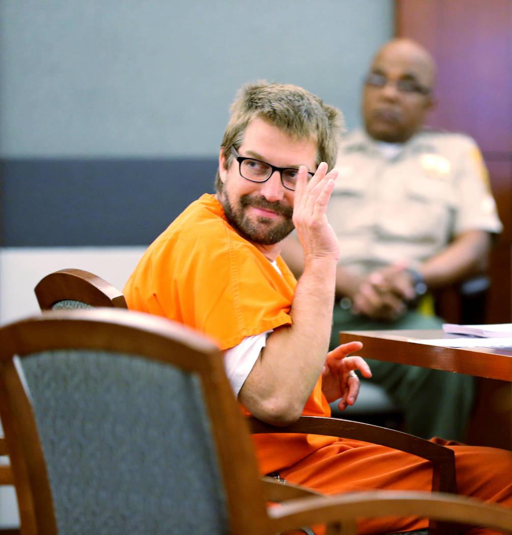 Jeremy Strohmeyer, quien agredió sexualmente y mató a Sherrice Iverson, de 7 años, en un baño del casino de Primm hace 21 años, saluda a su familia durante una audiencia en el Centro de Justi ...